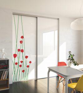 La façade de placard présente un nouveau modèle exclusif qui introduit le bien-être et la fraîcheur dans la pièce.