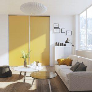 Avec des façades jaune curry, les portes de placard apportent de la gaieté à la pièce.